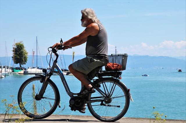 Sénior pratiquant le vélo à assistance électrique