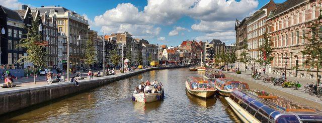 Photo d'un canal avec ses péniches, un axe structurant de la ville et de ses usages