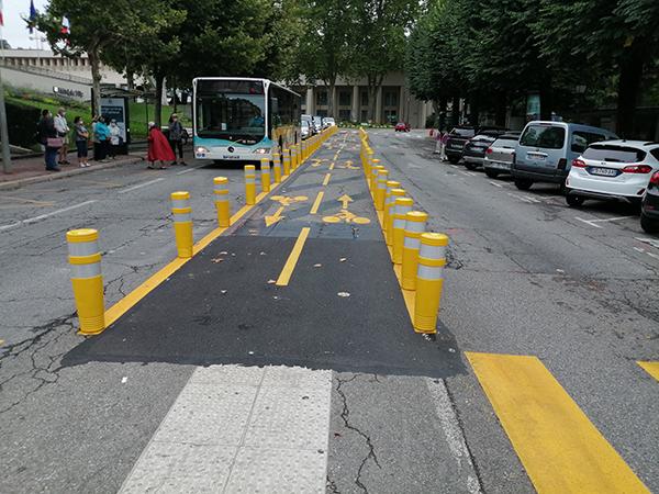 Piste cyclable temporaire avec un balisage jaune au sol pour décrire l'urbanisme tactique